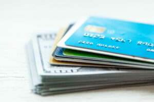 Un alto índice de utilización de crédito o una gran cantidad de deuda tendrá un gran efecto en su reporte de crédito.