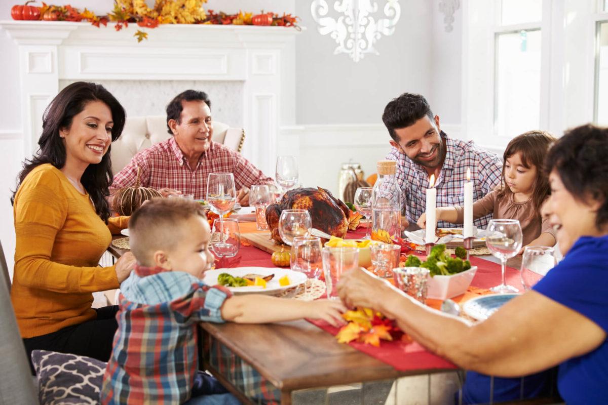 Familia hispana celebrando el Día de Acción de Gracias
