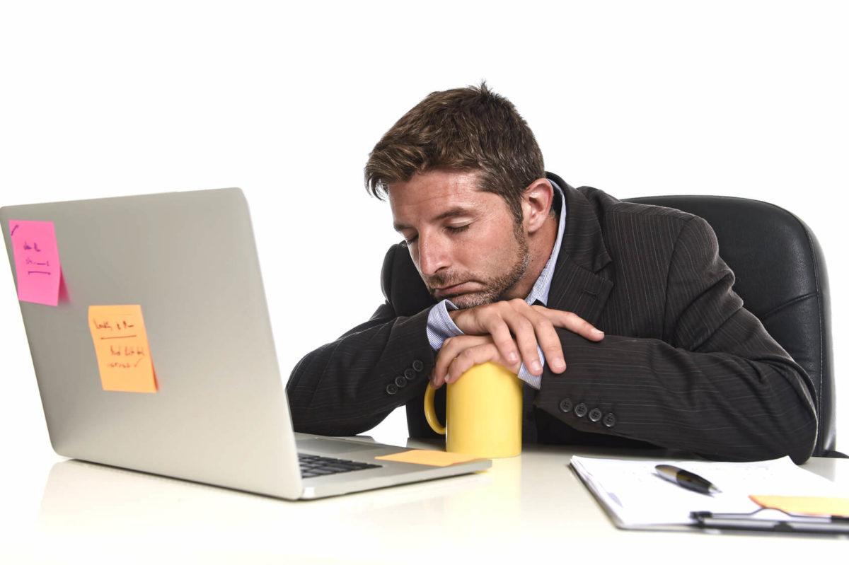 Empleado preocupado por sus deudas