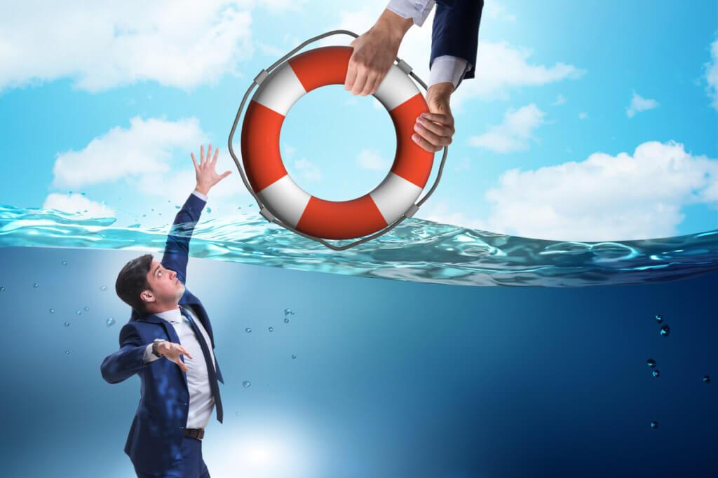 Hombre encontrando ayuda con la consejería de crédito