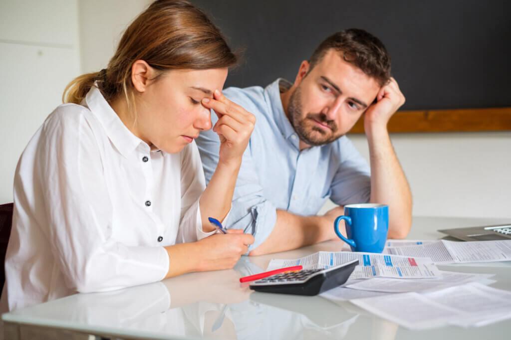 pareja revisando sus cuentas atrasadas
