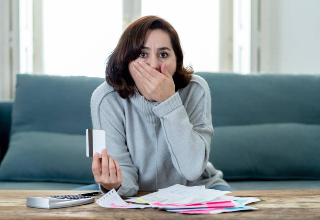mujer que pasó su límite de crédito