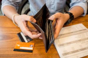 hombre con deuda de tarjetas de crédito en los Estados Unidos