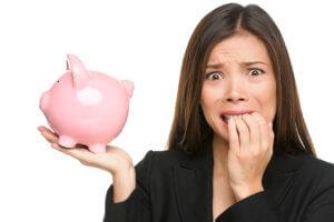Mujer con problemas de ahorros en la semana de America Ahorra