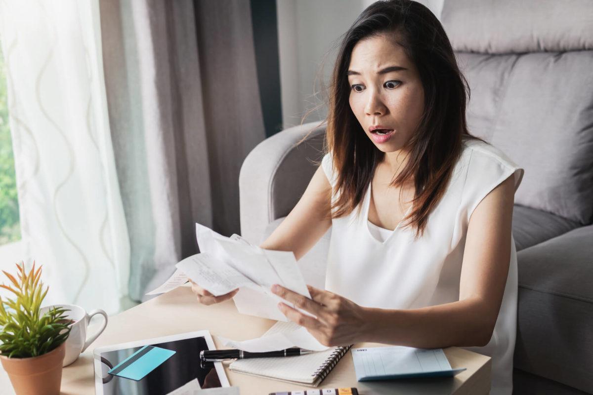 Mujer con estrés financiero
