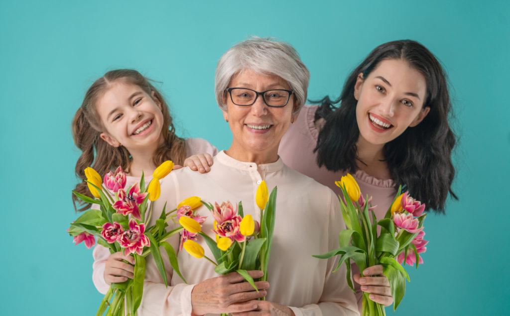 Familia celebrando el Día de las Madres