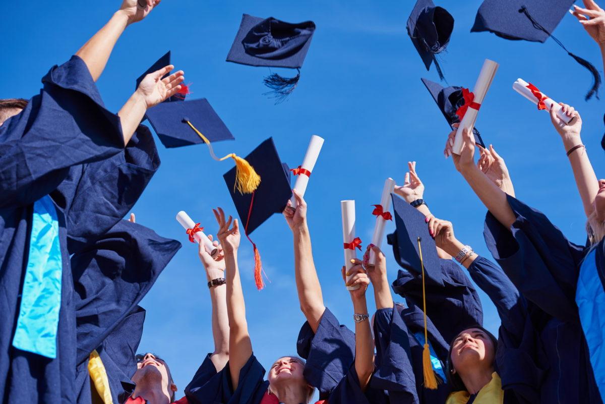 Estudiantes graduandose y esperando la reforma de los préstamos estudiantiles