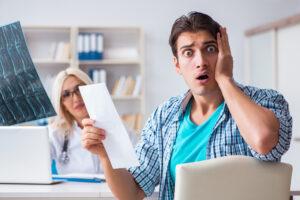 Hombre preocupado por sus gastos médicos