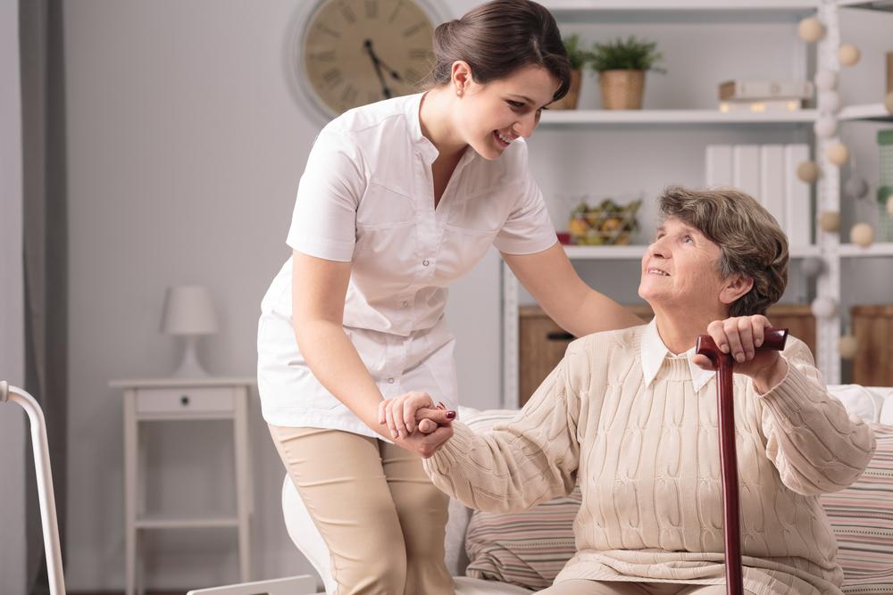Enfermera encargandose de el cuidado de sus padres ancianos