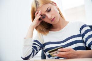 Mujer preocupada por sus deuda de tarjeta de crédito
