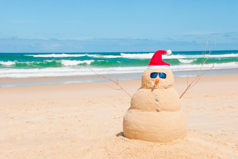 Muñeco de arena con gorro navideño