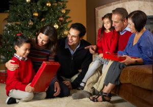 Una familia celebrando las fiestas de temporada