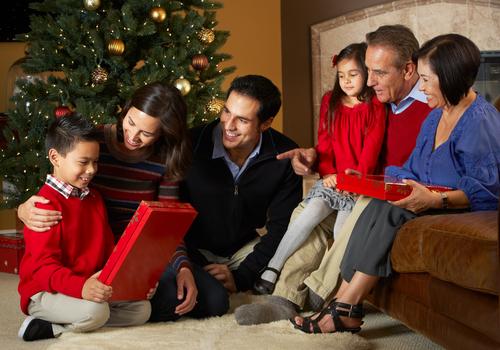 https://www.consolidatedcredit.org/es/wp-content/uploads/2019/12/hispanic-family-christmas_120941881.jpg