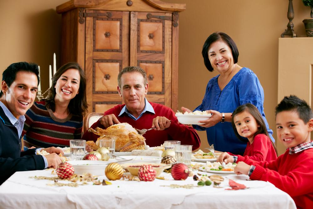 familia cenando en la temporada de fiestas