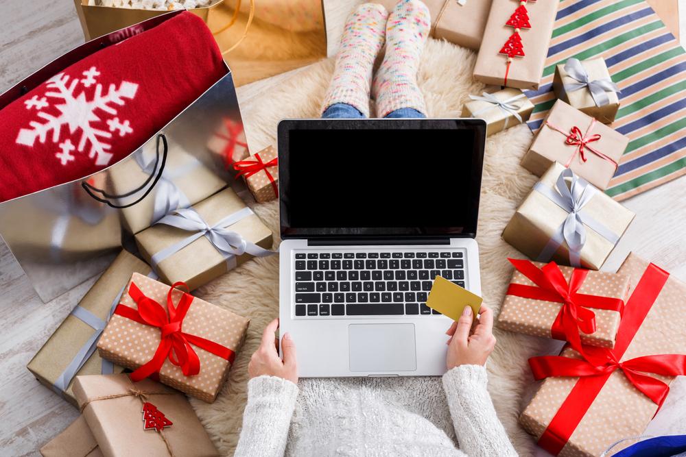Mujer comprando los regalos de Navidad desde su PC