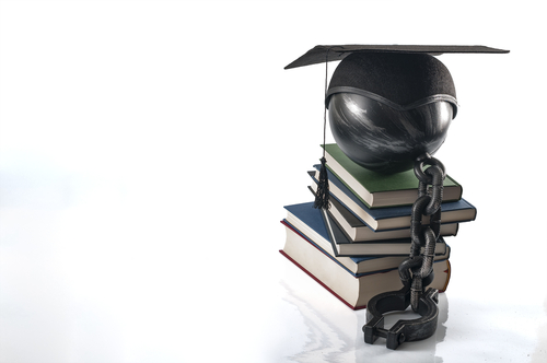 La deuda estudiantil es arratrada por miles de personas.
