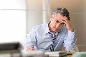 Un empleado estresado y distraído en su trabajo