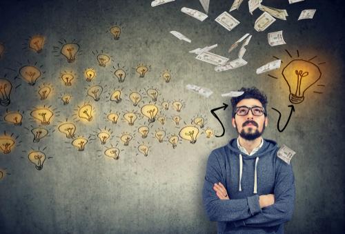 Hombre evaluando una decisión financiera importante
