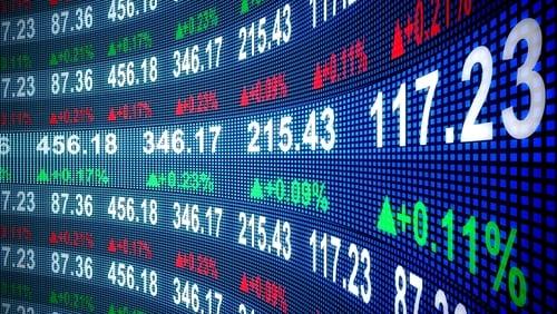 Cuando una empresa no es de propiedad privada, tiene acciones que se compran y venden en los mercados financieros públicos.