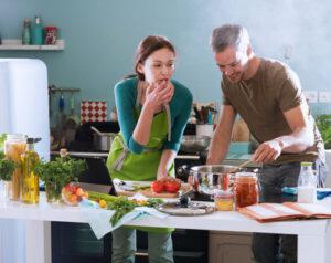 Establecer un plan de alimentos semanal le ayuda a organizar una lista de compras, por lo que solo compra lo que necesita.
