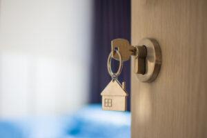 Las tasas de interés hipotecarias son históricamente bajas en este momento, Pero el temor a otra recesión impacta las hipotecas en muchos otros aspectos.