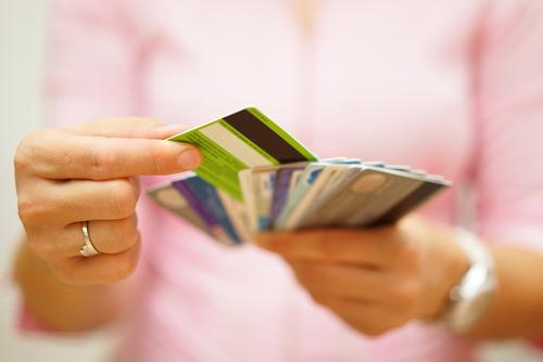Cuando los pagos mínimos no funcionan, la consolidación de deudas de tarjetas de crédito le ofrece una mejor manera de pagar lo que debe.