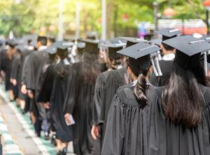 Una recesión significa mayor desempleo y menores tasas de contratación, lo que no es bueno para ningún graduado que busca trabajo.