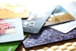 El primer paso para salir de las deudas de tarjetas de crédito es entender como funcionan el crédito y las deudas.
