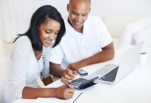 Hay dos escuelas de pensamiento en cuanto a cómo priorizar las deudas de tarjetas de crédito.