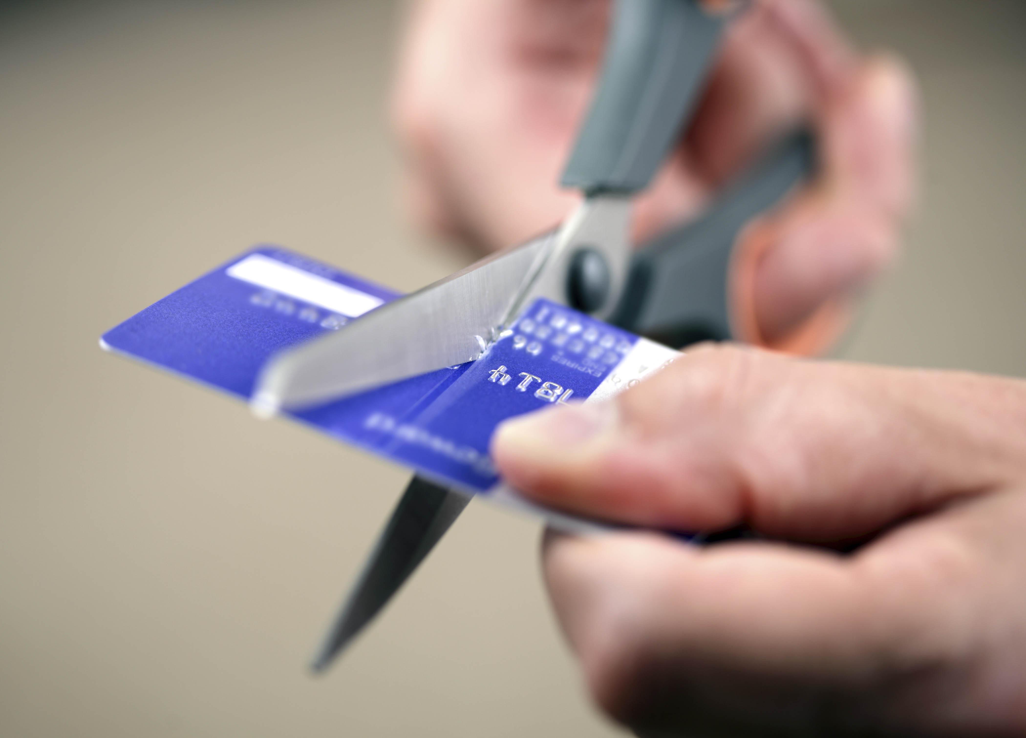 Victoria Orrego nos explica lo que puede pasar cuando cierra una cuenta de tarjeta de crédito, y sus implicaciones en el puntaje de crédito.