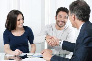 En un programa de manejo de deudas, hace un pago mensual a la agencia de consejería de crédito, pero ellos lo distribuyen a sus acreedores en su nombre.