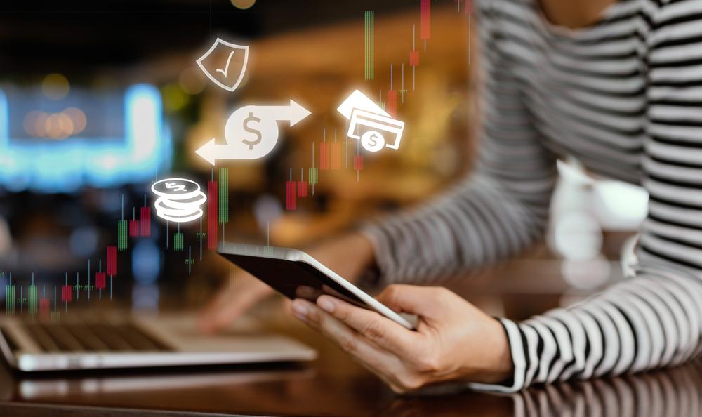 Hay formas fáciles de ahorrar dinero automáticamente con unos pocos clics en la computadora o toques en la pantalla táctil.