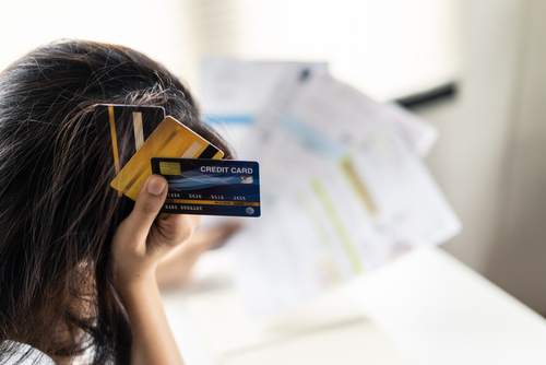 Victoria Orrego de Consolidated Credit explica el proceso a seguir por sus acreedores cuando usted no paga las tarjetas de crédito.